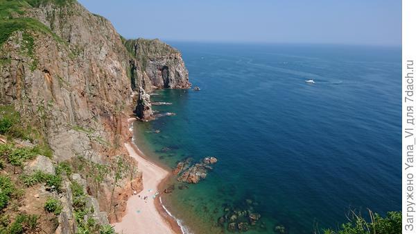 Пляж на острове Шкота. Высота обрыва более 50 метров. Попасть реально только на лодке или сапе.