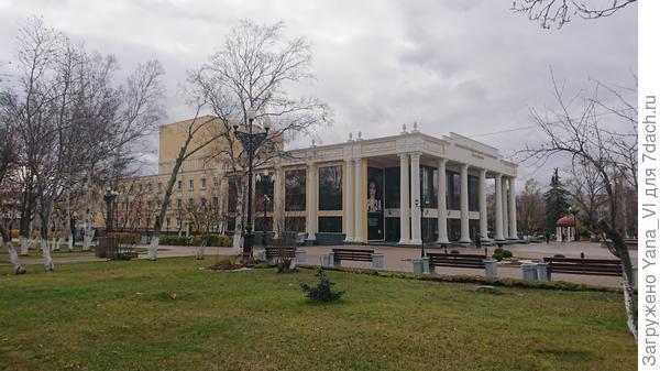 ... возле театра Чехова