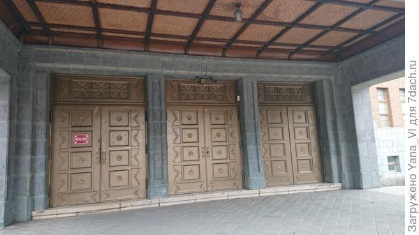 Вот такие ворота вместо дверей...