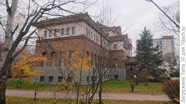 Вид сбоку на основное здание