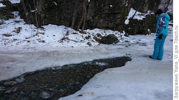 Река, пересекающая дорогу не совсем замёрзла