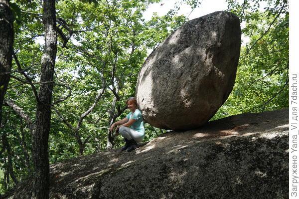 Каменное яйцо. Висит над обрывом, непонятно, как держится. Площадь соприкосновения с опорой минимальна.