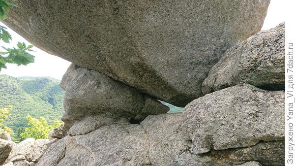 Вот здесь немного видно как зажата нижняя часть, между двумя малюсенькими (по сравнению с самим Стражем) камнями