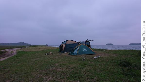 На весь пляж одна наша палатка.
