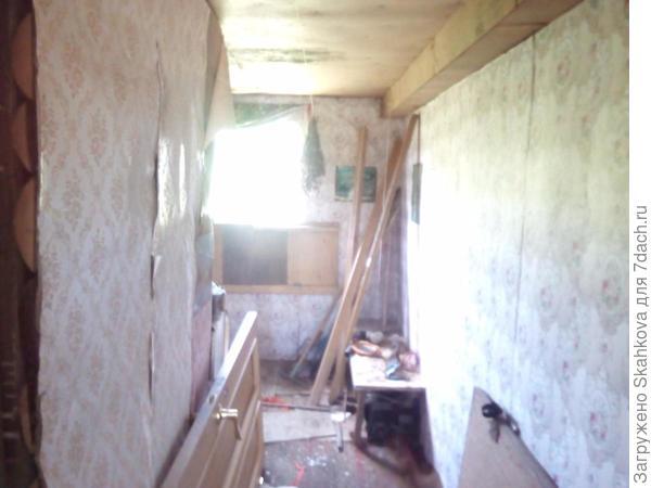 Эта комната была не известного предназначения, скорее всего здесь складировались инструменты,дрова и прочее..Но я видела в ней столовую, с большим столом, со скамейками вдоль стен и с восстановленным старым буфетом..