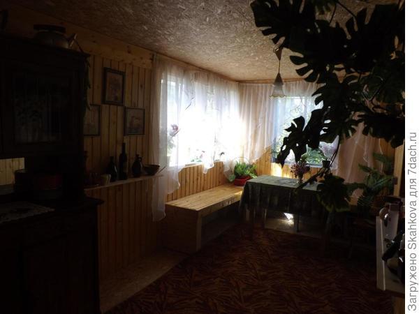 А это столовая! С большим столом, скамейками вдоль стен и восстановленным старым буфетом! Буфет - это отдельная тема, может когда и расскажу..