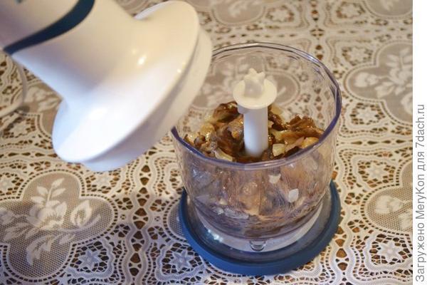 измельчаем лук с грибами, готовим грибной фарш