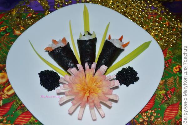 Букет темаки с цветочком из лука порея.