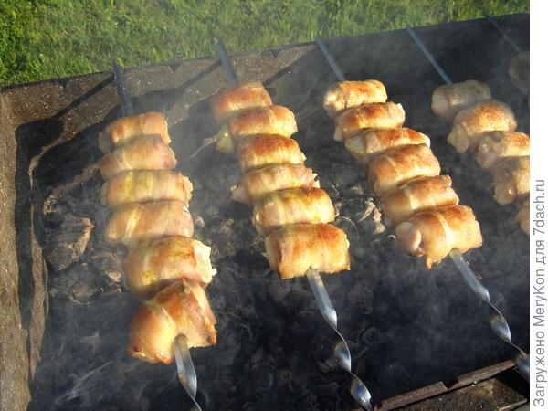 Куриные рулетики в беконе на мангале. Пошаговый рецепт с фото