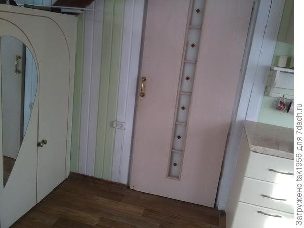 Шкаф построили под лестницей
