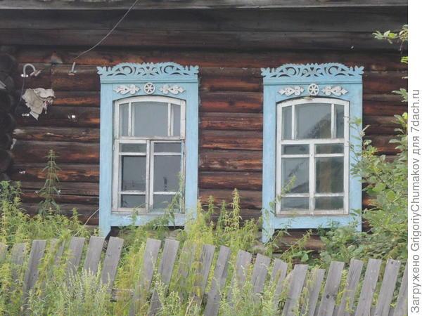 Окна дома с ломаной крышей