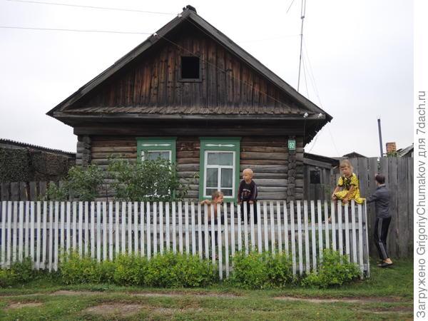Ребятня на заборе. Типичная деревенская картинка. Такое только мама могла поймать как учитель :)