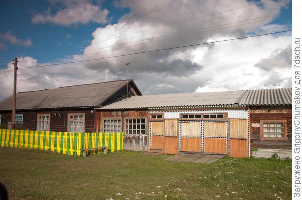 Дом, гараж баня (предположительно) под одной крышей