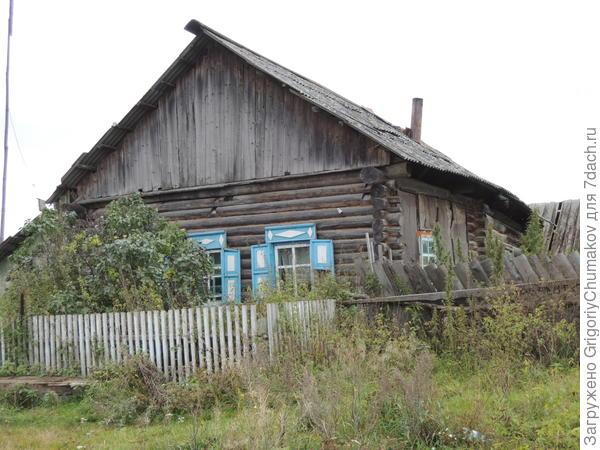 Дом со стеной закрытой толью