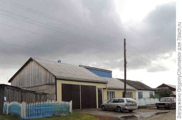 Дом с двойным гаражом с общей крышей