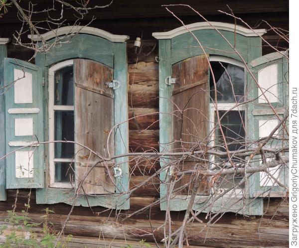 окна похоже что с коваными навесами на ставнях