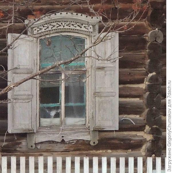 Окно с резьбой в виде фигурных отверстий