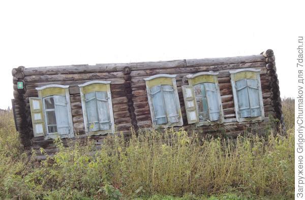 Бедный старик. Хоть бы разбирали такие порушенные дома.
