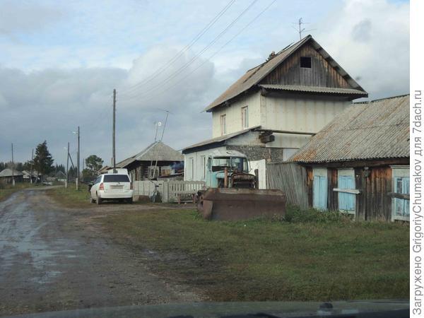Улица и дом с первым панельным этажом