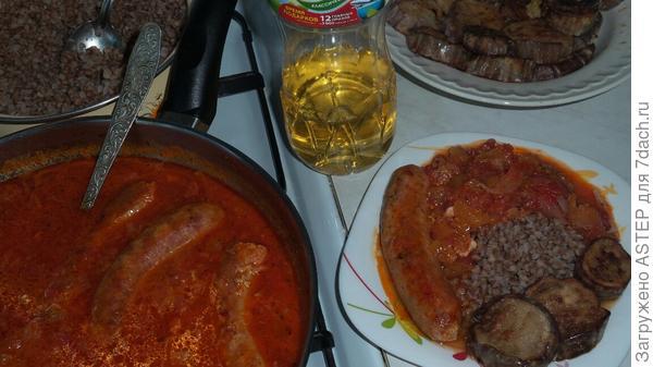 пока томились колбаски, на гарнир приготовил гречку и обжарил баклажаны ( свои выращенные)