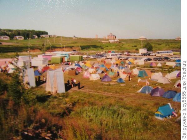 Общий вид на лагерь. Очередь в туалет. Вдали - здание музея, теперь он уже работает