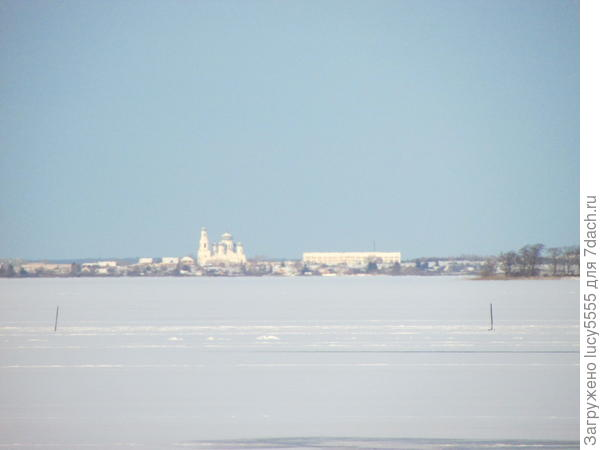 церковь города Касли через озеро Иртяш