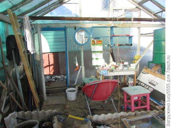 Рабоче-обеденное место в теплице
