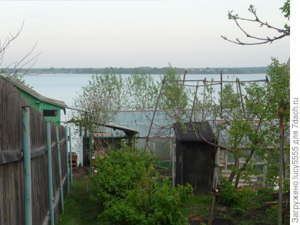 Огуречная теплица (и туалет, пристроенный к ней) ближе, помидорная подальше к горизонту
