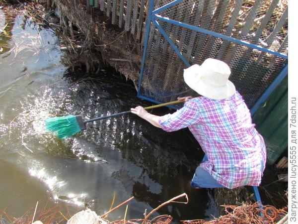 подметаю воду от плавающего мусора