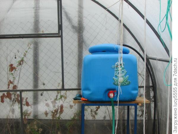 вода поступает в бак в теплице