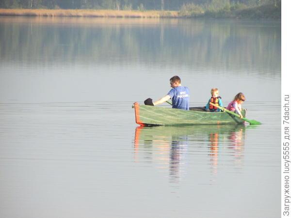 катание на лодке с детьми и собакой