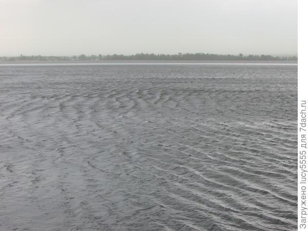 никогда не видела таких волн на нашем мелком озере