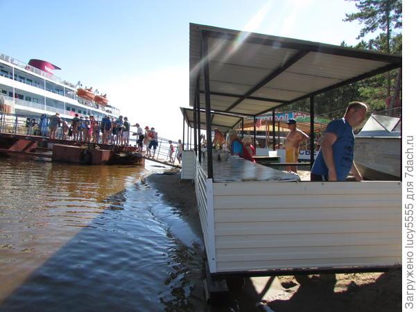 """Торговые палатки стоят лицом просто в воду, купить ягоды или рыбку - подходили """"с обратной стороны"""""""