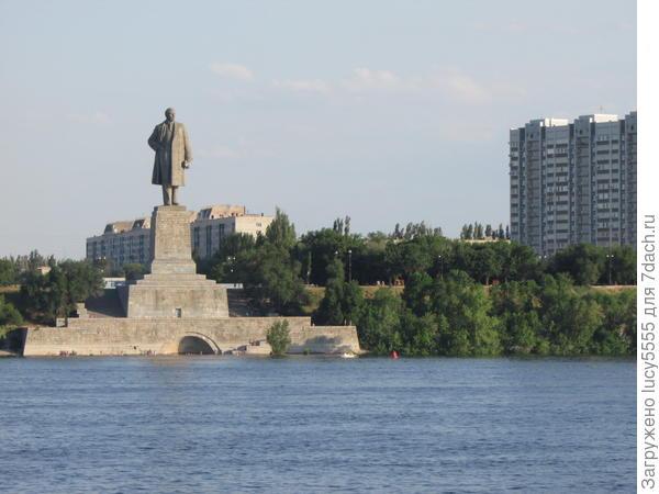 И Ленин, конечно, стоит на месте