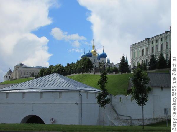 Вид на Кремль и президентский дворец с набережной