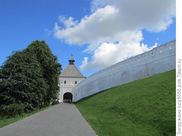 Выход на Набережную через эту башню. если идти через Кремль