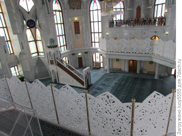 Вид на молельный зал с гостевого балкона