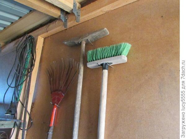 Вееры и швабры, как более лёгкие, на противоположной стене, утепляющей дом