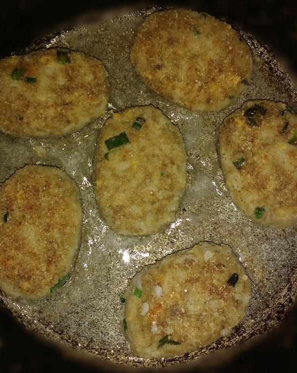 Котлетки из риса и рыбных консервов - пошаговый рецепт приготовления с фото