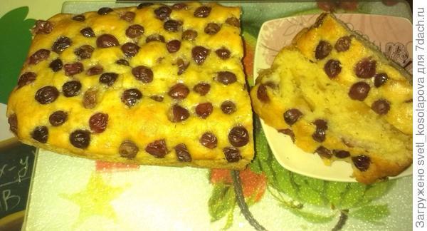Кекс с яблоками и виноградом