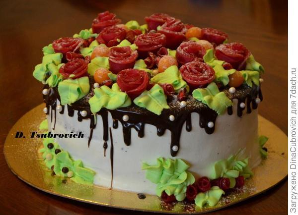 торт украшен яблочными розами