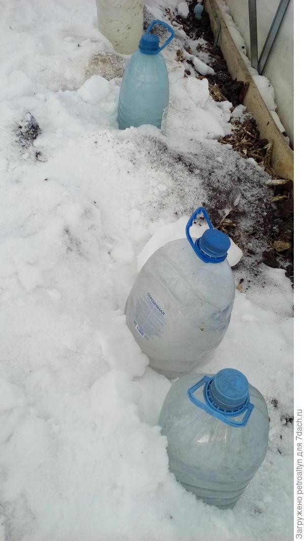 накидала снежку и бутыли стоят как солдатики