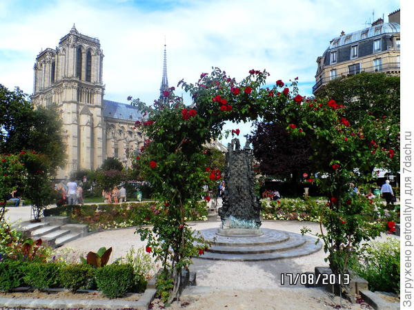 арка из роз, ведущая к собору Нотр Дамм де Пари