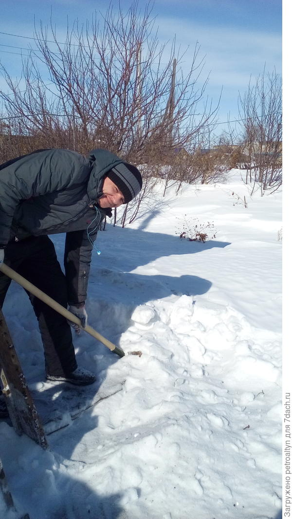 сынок закидывает снег в емкость под воду. 8 марта 17