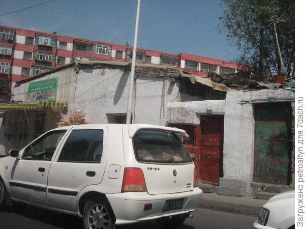 жилье на фоне современного города