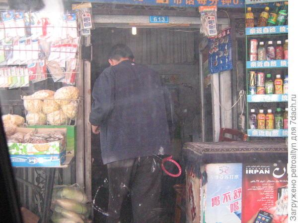 но уйгуры занимаются мелкой торговлей у крыльца своего дома