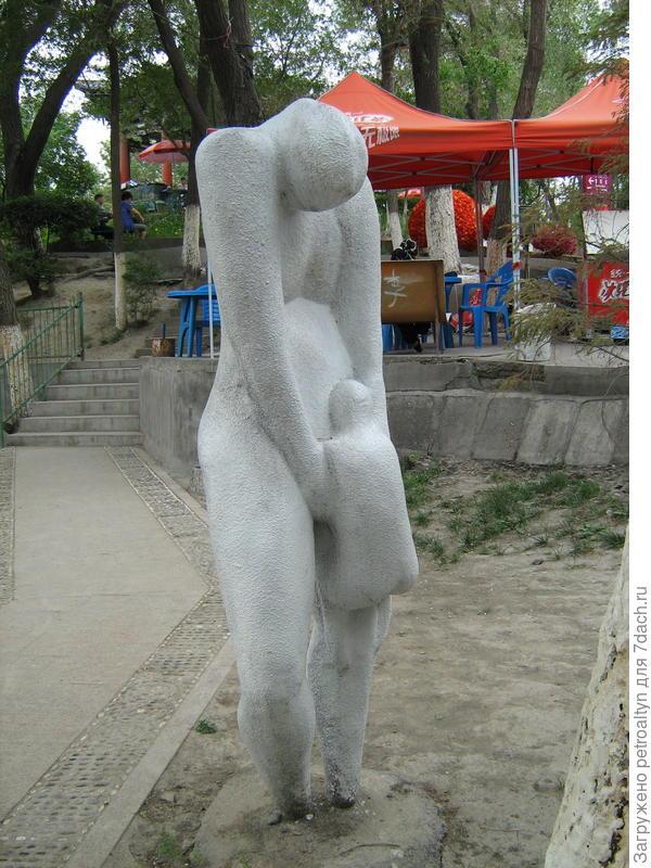 что означают и символизируют сие скульптуры, осталось загадкой