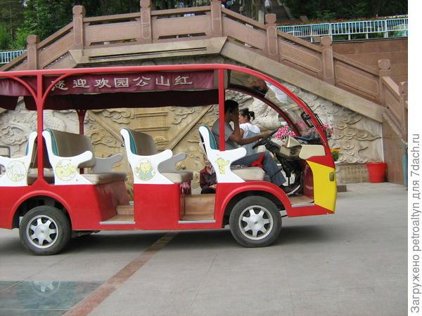 можно объехать парк на машинке-автобусе.