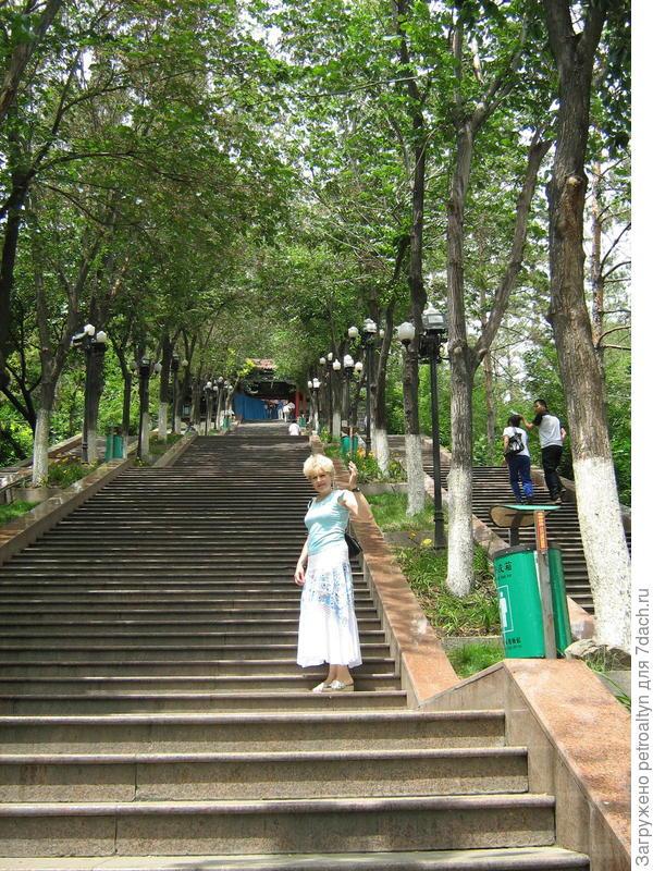пошли по лестнице пешком