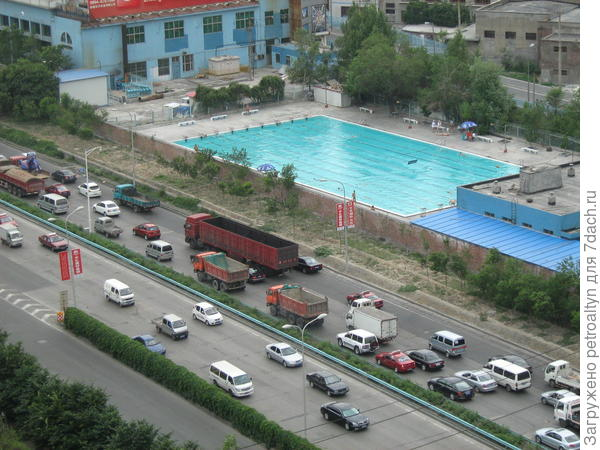 через дорогу открытый бассейн